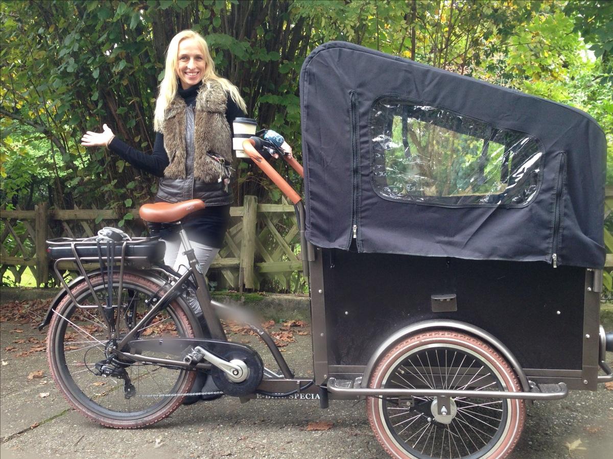 Frau Lampenhügel fährt wieder Dreirad.